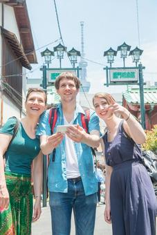 Foreign tourist group using a smartphone group 5
