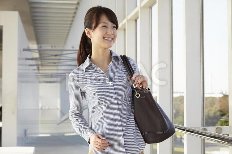 鞄を持つ日本人OL3の写真
