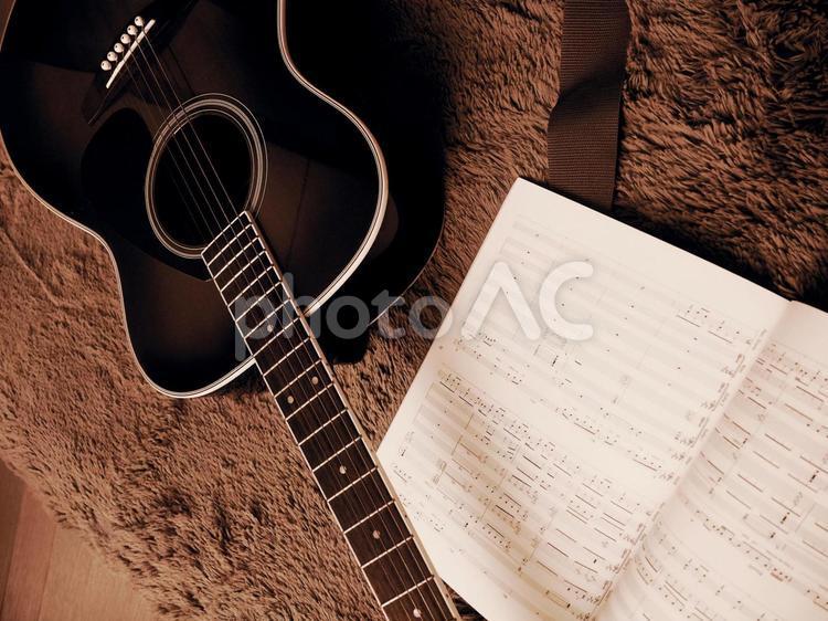 ギターと楽譜の写真