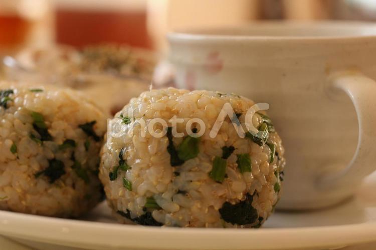 からし菜の漬物混ぜ込み玄米おにぎりの写真