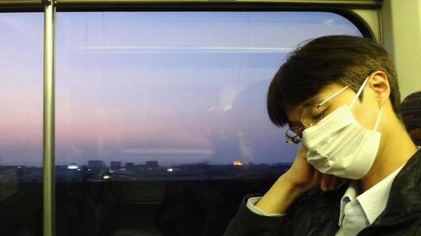 在新幹線03睡覺的人
