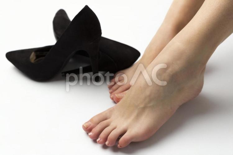 黒いパンプスと裸足の足元1の写真