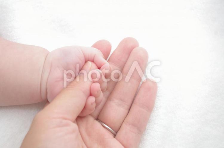 手を握る赤ちゃんの手の写真