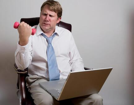 Foreign national salaried man who exercises dumbbell during work 14