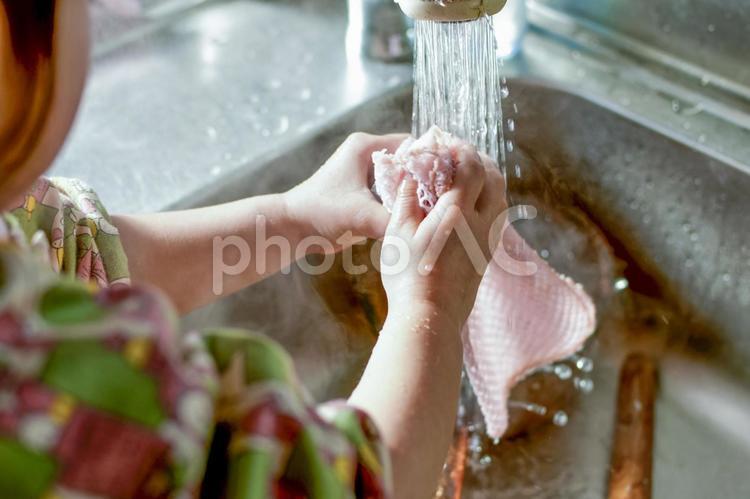 洗いものをするこどもの写真