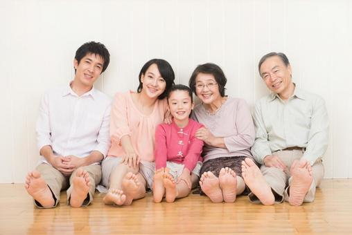 Good friend Three generations family (sit on the floor) 1