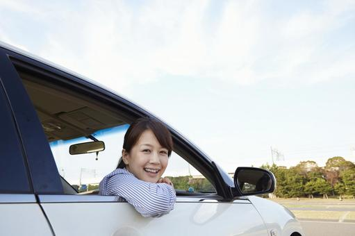A woman who takes a face from the window of a car 1
