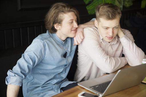 同性戀夫婦33坐在咖啡桌座位
