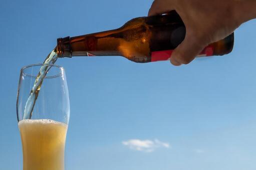 푸른 하늘에 맥주를 부어