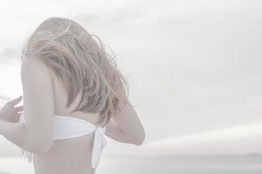 흰 수영복 여성의 뒷모습
