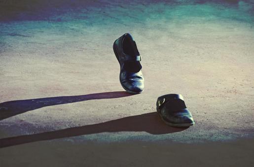 사람이 쓸고 않은 신발이 걷기