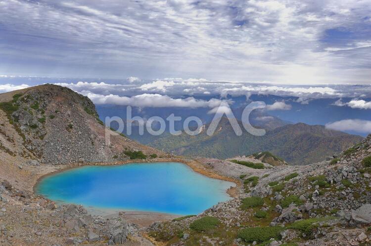 山頂にある青い池の写真
