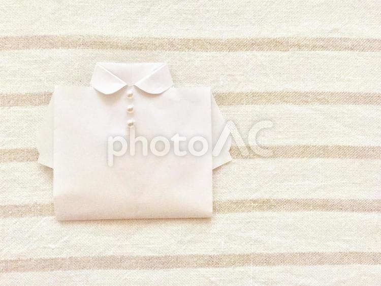 白いブラウス (パールボタン×ボーダー背景)の写真