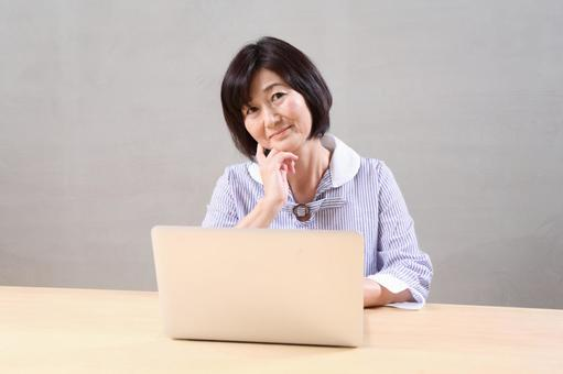 高級婦女到個人計算機1