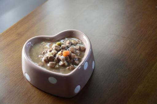 하트 그릇에 들어간 통조림 개밥
