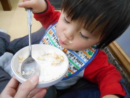식사중인 아기