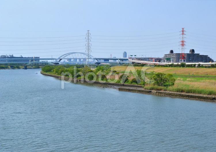 荒川(荒川放水路) 足立区扇大橋より上流、江北橋方向を見るの写真