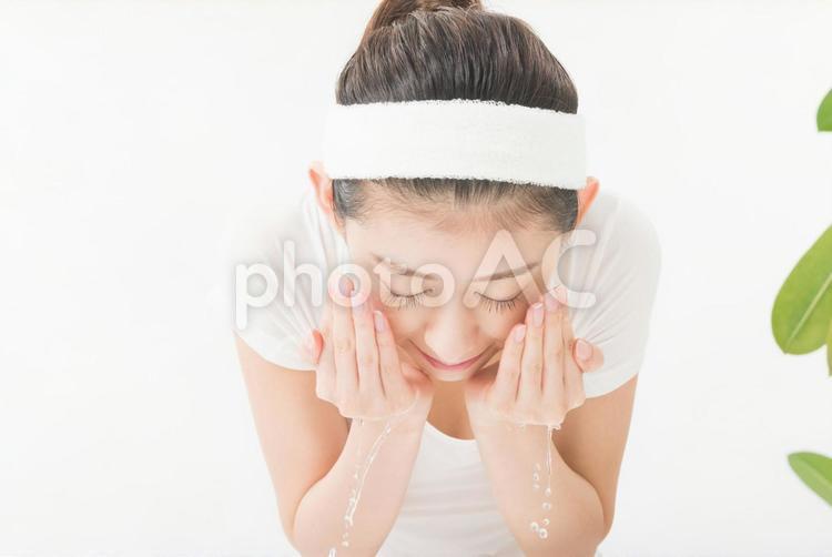顔を水ですすぐ女性4の写真