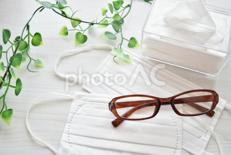 マスクと眼鏡とティッシュ3の写真