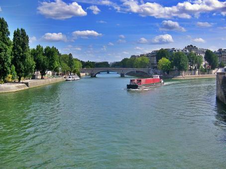 푸른 하늘의 세느 강 크루즈