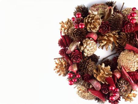 Gold and pine cone Christmas lease 02