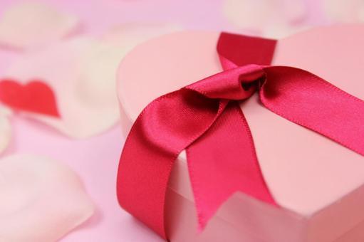하트 선물과 꽃잎 5