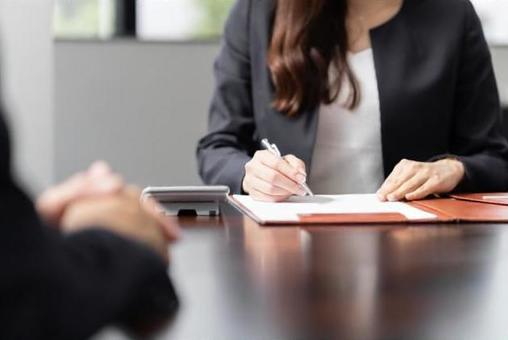 세금의 상담을 받고 계산을하는 여성 세무사