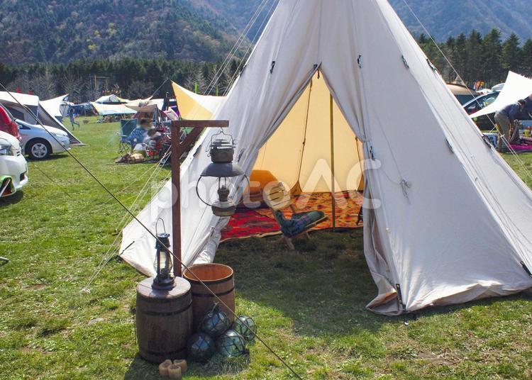 キャンプ場のテントの写真