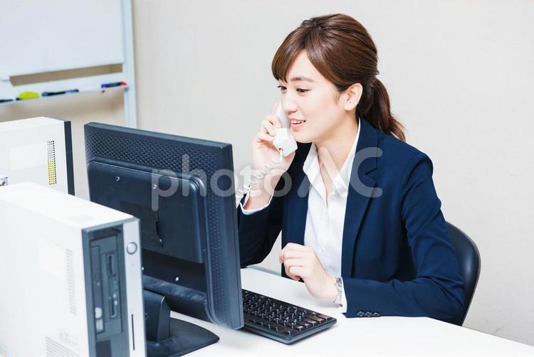 電話をする女性社員4の写真