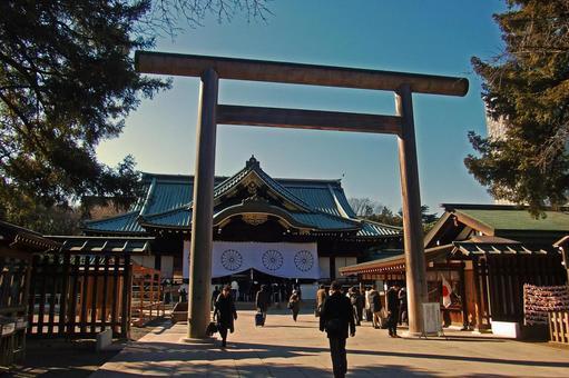 Yasukuni Shrine · Nakamon torii and worshipers