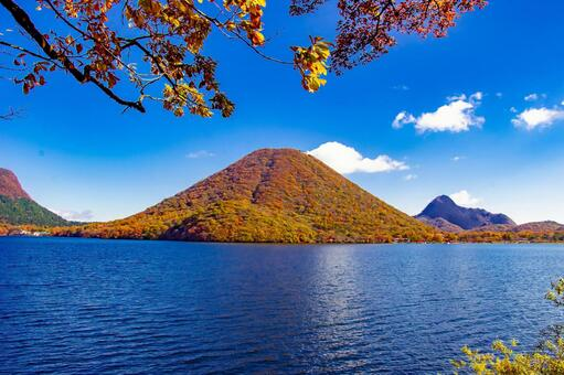 藍藍的天空和秋天的落葉群山環繞的湖