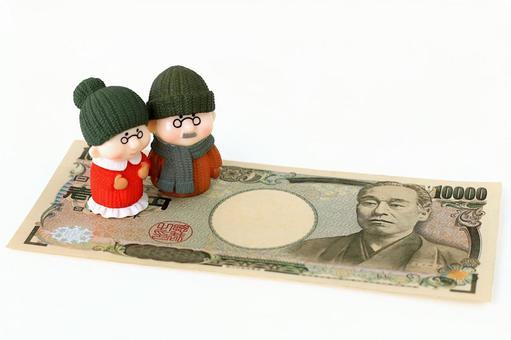 Senior dolls on paper money