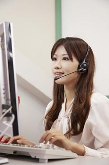 헤드셋으로 일하는 여성 12