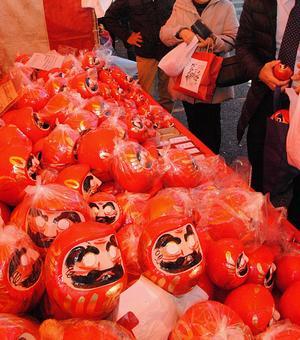 新年達摩市場上出售的紅色親愛的