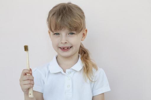 有牙刷的女孩