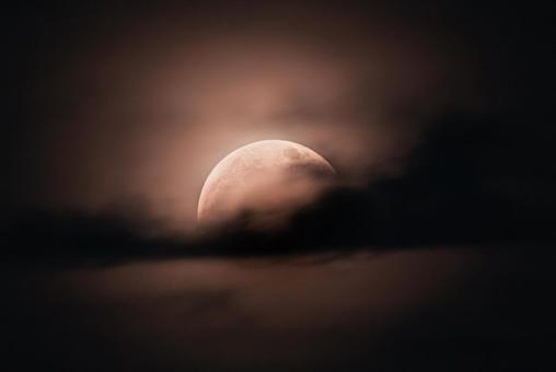月全食期間被雲層覆蓋的超級月亮