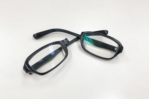 Black edge glasses folds 03