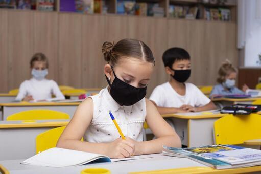 小學生戴口罩上課