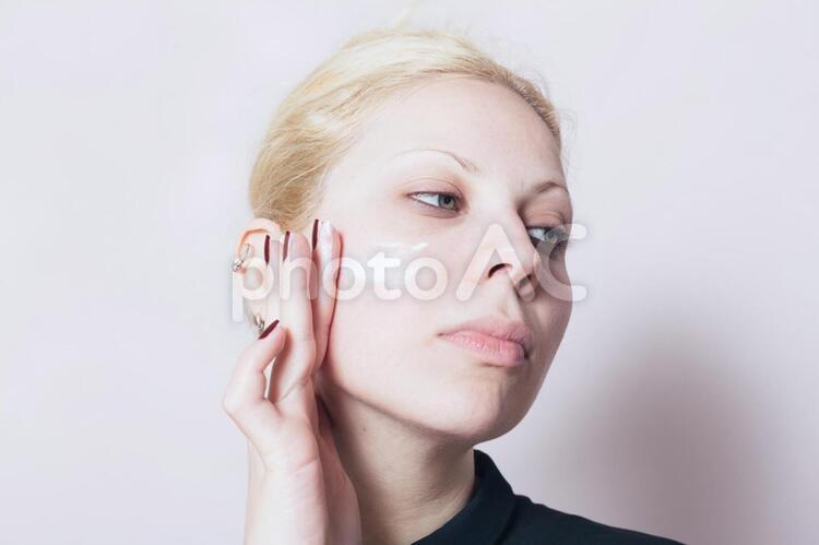 クリームを塗る外国人女性5の写真