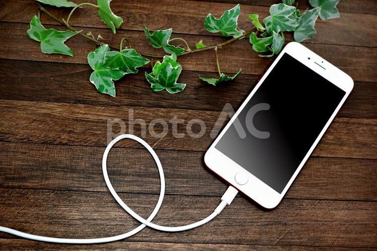 スマートフォン充電中の写真