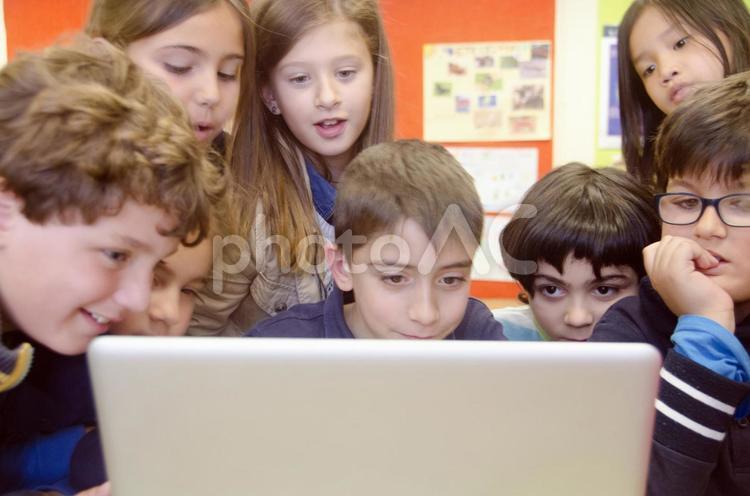 パソコンを使う子どもたち7の写真