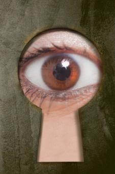 眼睛偷看通過鎖孔