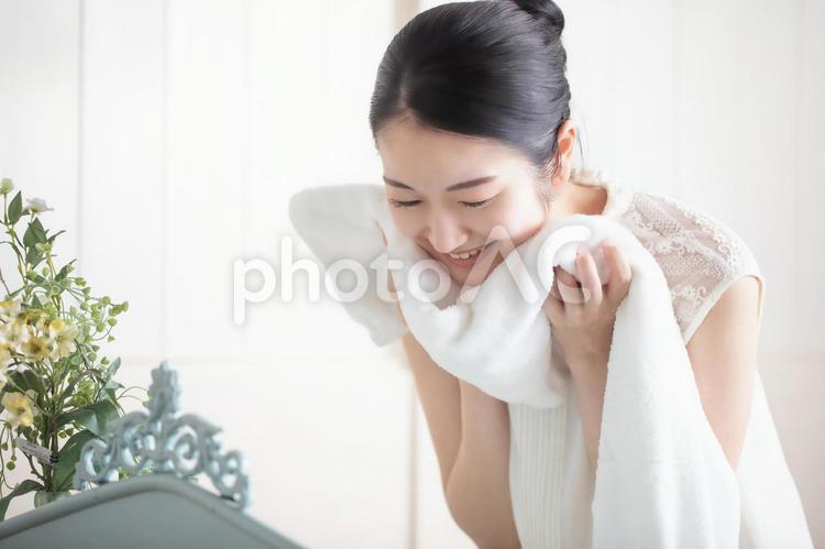 洗顔・タオルドライする女性の写真