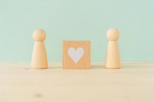 Human beings, couples, couples   Heart-shaped building blocks and two humanoid objects