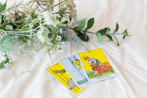 Tarot cards and flowers
