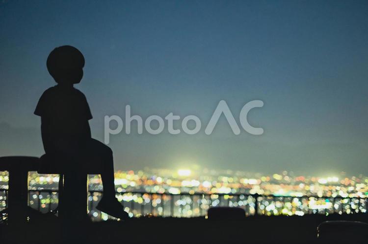 夜景と子供のシルエットの写真