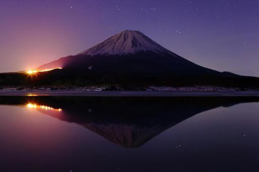 Beautiful night view of Mt. Fuji_From Lake Shoji