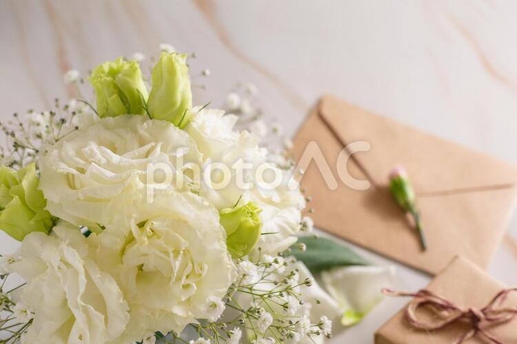 白い花の花束と手紙の写真