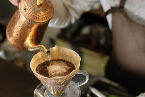 How to make coffee 15: Pour hot water into coffee