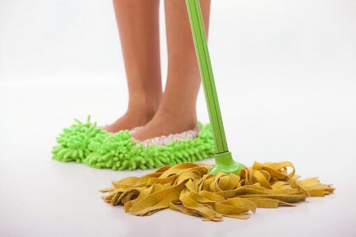 在清洗脚拖地28
